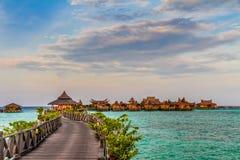 Bevattna bungalower på den Mabul ön - Borneo, Malaysia Royaltyfria Foton