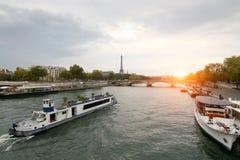 Bevattna bussen, en flod i en europeisk stad, Eiffeltorn i bakgrunden Royaltyfri Bild