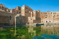 Bevattna cisternen på Hababah den traditionella byn, Yemen fotografering för bildbyråer