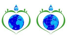 Bevattna dropp- och blåttjordjordklotet med gröna filialer Fotografering för Bildbyråer