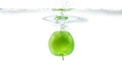 Bevattna färgstänk Grönt äpple under vatten Luftbubblan och transparen Royaltyfri Foto