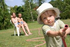 bevattna för pojketrädgård Royaltyfri Fotografi