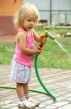 bevattna för växter för flicka litet Royaltyfria Foton