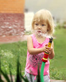 bevattna för växter för flicka litet Arkivbild