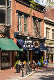 Bevattna gatan i det historiska området Gastown, Vancouver Royaltyfri Bild