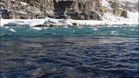 Bevattna höjdpunkten av på floden i den tidiga våren, den Katun floden, Altai stock video