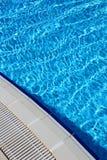 Bevattna i simbassängen Arkivfoton