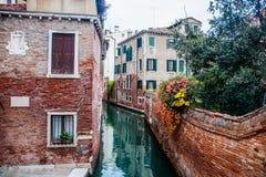 Bevattna kanalen i staden av venice i Italien Fotografering för Bildbyråer