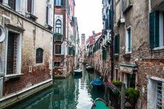 Bevattna kanalen i venice med fartyg i Italien Arkivbilder