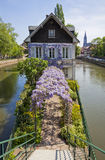 Bevattna kanaler på den storslagna Ile ön i Strasbourg, Frankrike Royaltyfria Foton