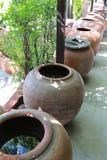 Bevattna kruset av lergods i forntida thai stil Arkivfoto