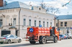 Bevattna lokalvårdbilen KAMAZ Ledning av regementet av trafikpolisen, Alexander Solzhenitsyn gata Tidigare stadsherrgård av Z Royaltyfria Foton