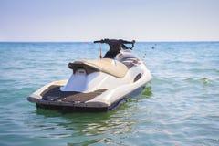 Bevattna motorcykeln i det blåa havet på klar solig dag Vattencykel på vågor av havet royaltyfri foto