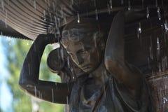 Bevattna nedgångar av den Skidmore springbrunnen i Portland, Oregon Royaltyfri Bild