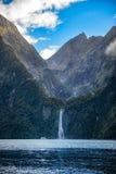Bevattna nedgången från berget i Milford Sound, Nya Zeeland Arkivbild