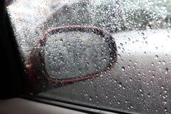 Bevattna ny våt bakgrund för droppnaturen med vattenregndroppestordian på för bilspegeln för det glass fönstret sidan, ensam käns arkivfoton