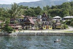 Bevattna och hus på Toba sjön, Sumatra Arkivbild