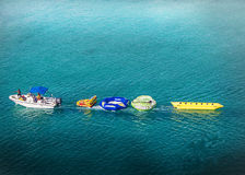 Bevattna precis av gyckel i mitt av havet av storslagna turker Fotografering för Bildbyråer