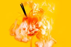 Bevattna röd bakgrundsvit inom under strimmor för målarfärgakrylrök som aperolen spritz guling för orange fruktsaft för coctailex vektor illustrationer