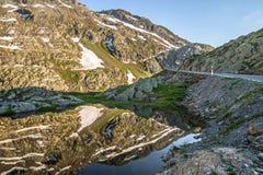 Bevattna reflexionen av bergen, på det stora helgonet Bernard Pass Royaltyfri Bild