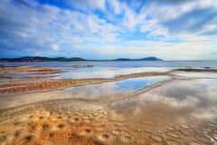 Bevattna reflexioner på den Terrigal tillflyktsorten, NSW Australien Royaltyfria Bilder