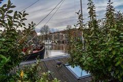 Bevattna sikten från en husbåt av kanalerna i Amsterdam arkivfoto