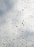 Bevattna tappar på ett fönster Arkivbilder