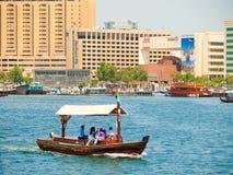 Bevattna taxien (abraen), Dubai Creek Arkivbilder