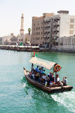 Bevattna taxien (abraen), Dubai Creek Royaltyfria Bilder