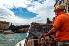 Bevattna taxien på den storslagna kanalen, Venedig arkivfoto