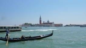 Bevattna transport för turister, bärande rikeman för gondoljär in i ekan längs Adriatiskt havet lager videofilmer