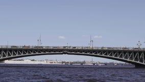 Bevattna utfärder längs floderna och kanalerna av St Petersburg Fartygridning stock video