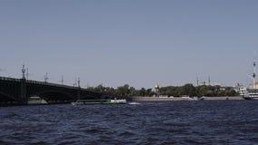 Bevattna utfärder längs floderna och kanalerna av St Petersburg Fartygridning lager videofilmer