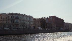 Bevattna utfärder längs floderna och kanalerna av St Petersburg Fartygridning arkivfilmer