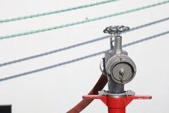 Bevattna ventilen från en hydrant arkivfoton