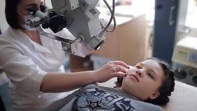 Bevattning av det nasala hålet i barn stock video