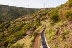 Bevattning- och vindenergi tillsammans arkivfoto