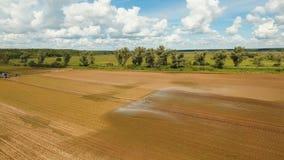 Bevattningsystem på jordbruks- land stock video