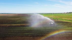 Bevattningsystem p? jordbruks- land lager videofilmer