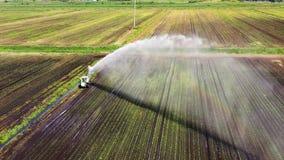 Bevattningsystem p? jordbruks- land stock video