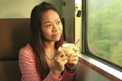 Beve il caffè durante il viaggio Immagine Stock Libera da Diritti