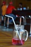 Beve lo sciroppo di fragole Fotografia Stock