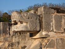 Bevederd Serpent van Chichen Itza in Mexico stock foto's