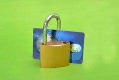 Beveilig Creditcard met slot op wit wordt geïsoleerd dat stock afbeeldingen