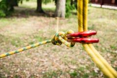 Beveilig het vastmaken van de kabel aan het beklimmen carabiner stock afbeeldingen