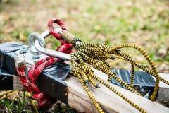Beveilig het vastmaken van de kabel aan het houten logboek royalty-vrije stock afbeeldingen