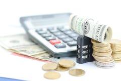 Beveilig uw besparingenconcept met cijferslot en geld royalty-vrije stock foto