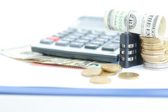 Beveilig uw besparingenconcept met cijferslot en geld stock foto's