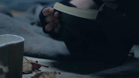 Bevende bedelaar het openen Bijbel, die redding, geloof in god zoeken, verlichting stock video