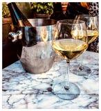 Bevendo sul terrazzo nella città immagine stock libera da diritti
